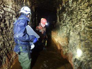 Cordistes sécurisant et assistant des hydrogéologues dans la galerie de Caupian
