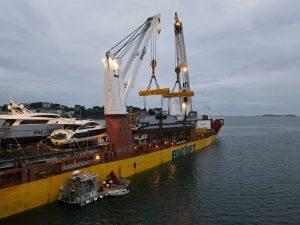 Assistance au sanglage pour le chargement de deux barges à Saint-Malo