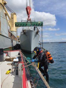 Brest – Assistance en plongée pour le déchargement de chasseurs de mines sur un navire amarré en base navale